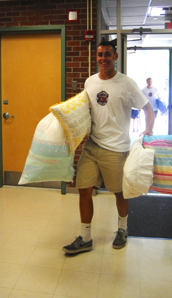 Johnathan Wendeborn'17 helps students move into their dorms